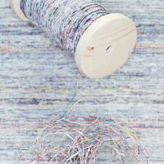 Yarn from old newspapers by Greetje van Tiem