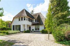 Op één van de mooiste plekken op 't Wooldrik in Enschede ligt deze in 2010 gebouwde riet gedekte villa. TE KOOP