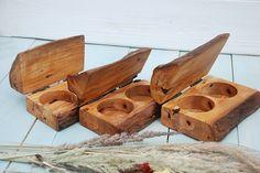 Деревянная шкатулка для украшений может использоваться как подарок молодоженам, элемент декора, предмет для фото и видеосъемки.       Габаритные размеры изделия:  длина - 15 см; высота - 7 см; ширина 9 см.   Можно приобрести перейдя по ссылке http://trikon.kiev.ua/izdeliya-iz-dereva/shkatulka-dlya-ukrasheniy-sh009 и заполнив форму заказа на сайте.