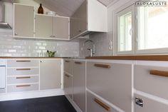 Retrokeittiöt Kitchen Cupboards, Kitchen Reno, Kitchen Dining, Kitchen Remodel, Stylish Kitchen, Kitchen Organization, Kitchen Interior, Vintage Kitchen, Home Kitchens