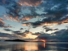 26 July 5:35 博多湾対岸の稜線と雨雲のあいだに日の出しました。 #sunrise #fukuoka ( Morning Now at Hakata bay in Japan )
