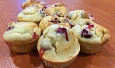 Muffins aux cranberries : Préchauffez le four à 180°C. Dans un saladier, mélangez la farine avec la levure et le sel. Ajoutez les œufs et le yaourt et mélangez-bien à la fourchette. Faites fondre le beurre et ajoutez-le au mélange. Ajoutez ensuite le sucre puis le lait et fouettez. Lavez vos cranberries dans une passoire et séchez-les. Incorporez-les délicatement à la pâte. Remplissez vos moules et enfournez pour 20 minutes.
