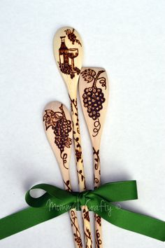 Wine & Grapes Wood Burned Kitchen Cooking Spoons by MommyisCrafty Wood Burning Crafts, Wood Burning Patterns, Wood Burning Art, Wood Crafts, Pyrography Patterns, Pyrography Ideas, Carved Spoons, Cooking Spoon, Wood Spoon