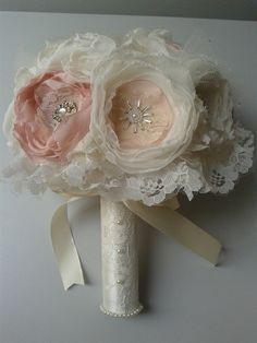 BUQUÊ DE FLORES DE TECIDO: São flores feitas artesanalmente, broche e missangas peroladas. Encomende o seu personalizado. Pode ser feito em outras cores, com detalhes que combinem com o vestido da noiva ou com o casamento em geral.  Medidas: Aproximadamente 65cm de circunferência, 30cm de diâmetro 30cm de comprimento     ...