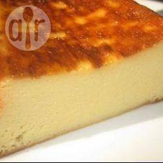 Bolo de queijo com 3 ingredientes @ allrecipes.com.br - Um bolo denso, sem farinha de trigo (sem glúten), com poucos ingredientes e fácil de fazer.