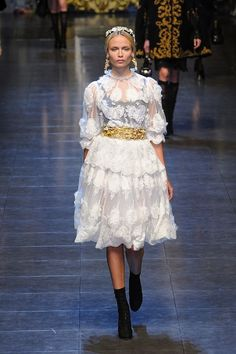 (Dolce & Gabbana) Love the lace, but if I was translating it for plus size me I'd put it with a structured velvet vest/bodice.
