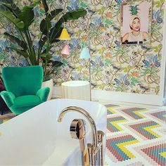 The tropical Savuti wallpaper by Cole and Son is a great feature wallpaper for a bathroom or ensuite. Feature Wallpaper, Animal Wallpaper, Casa Decor 2017, Cole And Son Wallpaper, Scale Design, Bathroom Wallpaper, Original Wallpaper, New Living Room, Spare Room