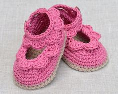 New CROCHET PATTERN Baby Sandals with Scallops Easy Photo tutorial for improving beginners by matildasmeadow Booties Crochet, Crochet Baby Sandals, Baby Girl Crochet, Crochet Shoes, Love Knitting, Baby Boy Knitting Patterns, Easy Crochet Patterns, Baby Patterns, Simple Crochet