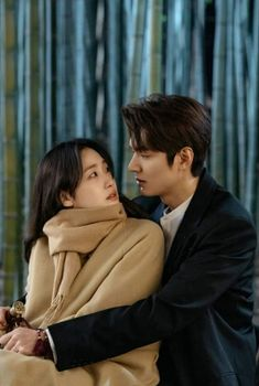 Romance seems to accelerate between Jung Tae Eul (Kim Go Eun) and Lee Gon (Lee Min Ho) in episodes 3 and 4 of The King: Eternal Monarch. Korean Drama Best, Korean Drama Movies, Korean Actors, Korean Dramas, Jung So Min, Lee Min Ho Wallpaper Iphone, Kim Go Eun Style, Lee Min Ho Kdrama, K Drama