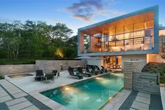 This secluded home in the Amagansett North neighborhood of the Hamptons (New York), is surrounded by trees and has amazing views of the area. Cabinet D Architecture, Modern Architecture, Swimming Pool House, Swimming Pools, Les Hamptons, Moderne Pools, Sunken Living Room, Forest House, Patio Furniture Sets