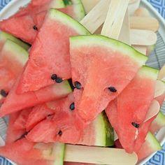 YUM 🍉⠀  ⠀  #picoftheday #igers #watermelon #popsicles #watermeloninastick #watermelonpopsicle #vesimeloni #vesimelonitikkari #blogi #bloggers #diy #diyers #picnic #weekend #yum