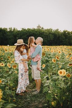 Family Portrait Outfits, Fall Family Photo Outfits, Family Portrait Poses, Family Picture Poses, Family Photo Sessions, Family Posing, Fall Family Portraits, Pictures With Sunflowers, Sunflower Field Pictures