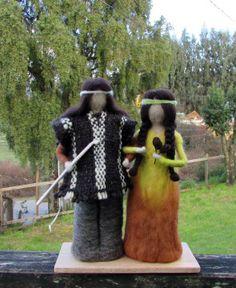 PAREJA DE MAPUCHES HMBRE CON EL PALIN, JUEGO TIPICO MAPUCHE. Este juego ha sido junto al idioma y a la religión uno de los tres pilares fundamentales de la cultura mapuche por lo cual perdura hasta los tiempos actuales. Ha sido y es actualmente el juego más importante de la cultura mapuche y a la vez el juego aborigen más relevante de Sudamérica Yarn Dolls, Felt Dolls, Needle Felted Animals, Felt Animals, Wet Felting, Needle Felting, Native American Indians, Bolivia, Diy And Crafts