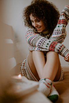 Weihnachtspullis sind momentan sowas von angesagt ♥ Weihnachten steht vor der Türe und was ist da besser als tolle Portraits im Weihnachtspulli, prima für Weihnachtskarten, als Geschenk oder einfach als Portrait zur Weihnachtszeit. Kuschelsocken dürfen im Winter natürlich auch nicht fehlen. Genauso wie rot, grün und Kerzen ♥