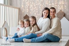 studio photography tips Baby Family Pictures, Cute Family Photos, Family Christmas Pictures, Family Picture Outfits, Extended Family Photography, Family Photo Sessions, Family Portrait Poses, Family Posing, Illusion Fotografie