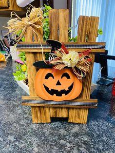 Halloween Yard Art, Halloween Wood Crafts, Farmhouse Halloween, Fall Halloween, Holiday Crafts, Halloween Decorations, Halloween Stuff, Halloween Ideas, Fall Wood Crafts