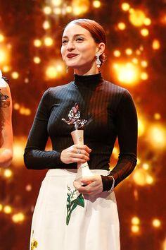 María Valverde con su premio Shoting Stars de la Berlinale, durante la noche del lunes. © Gerry Images