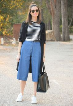 Claves para usar un pantalón ancho culottes outfit casual sneakers, square pants outfit casual, Look Fashion, Korean Fashion, Street Fashion, Fashion Outfits, Fashion Tips, Casual Street Style, Denim Culottes Outfits, Baggy Pants, Cropped Trousers