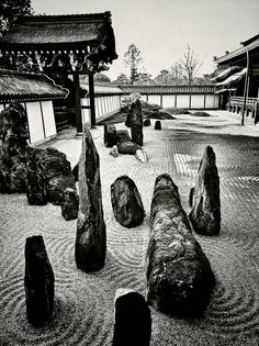 Lay down a rock post, stand white rocks around it, lay down river stones in design patterns and adorn with moss rocks and a river rock stack on the wood post Japanese Rock Garden, Zen Rock Garden, Garden Stones, Dream Garden, Japanese Gardens, Dojo, Japan Garden, Modern Garden Design, Bonsai Garden