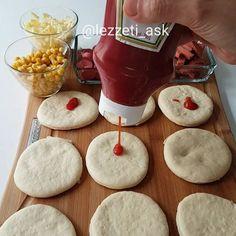 Sürekli yaptıgım yumusacık pizza hamuruyla bu sefer mini pizzalar yaptım🍕 Garant...