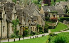 """The most beautiful village in England"" - Bibury in Gloucestershire - The picturesque stone cottages of Arlington Row were built in 1380 originally as a monastic wool store but later converted into a row of cottages for weavers in the century. Arlington Row, Visit Britain, Stone Cottages, Stone Houses, Small Cottages, Natural Homes, Beaux Villages, Voyage Europe, Stonehenge"