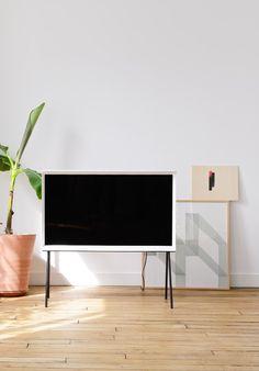 ロナン&エルワン・ブルレックがSAMUSUNGより発表した家具のような佇まいのTV「SERIF」 — Medium