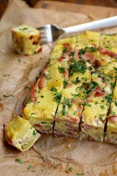 Tortilla Zutaten: 8 Eier 500 Gramm Kartoffeln, gekocht 1 Schalotte, in Streifen geschnitten 200 Gramm Schinken, in Streifen geschnitten 1 Bund Schnittlauch, in Ringli geschnitten Salz, Pfeffer Olivenöl gehackte Petersilie