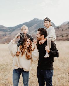 Sometimes I shoot families ✨ Can you even believe this one? Fall Family Picture Outfits, Family Portrait Outfits, Winter Family Photos, Fall Family Portraits, Family Portrait Poses, Outdoor Family Photos, Family Picture Poses, Family Photo Sessions, Family Posing
