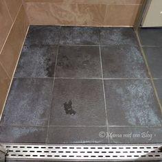 De beste tip om de witte aanslag van je donkere badkamertegels te verwijderen, met middelen die je al in huis hebt!