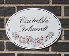 Romantisches Emaille-Namenschild mit Rosendekor - das ganz persönliche Geschenk von bleibendem Wert.