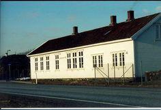Lerbrekk skulehus Garage Doors, Outdoor Decor, Home Decor, Homemade Home Decor, Decoration Home, Carriage Doors, Home Decoration