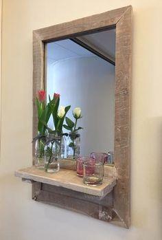 Spiegel met rand van gerecycled  hout met houten plateau Verkrijgbaar in 2 maten