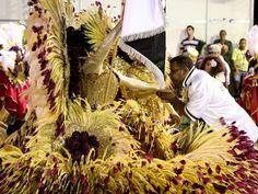 Casal de mestre-sala e porta-bandeira mostram fantasias luxuosas em desfile da Vai-Vai (Foto: Raul Zito/G1) 2013