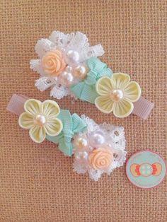 Kanzashi Flower Rose Cabochon Pearl Lace by candybuttonusa on Etsy Kanzashi Flowers, Felt Flowers, Fabric Flowers, Baby Hair Clips, Baby Headbands, Ribbon Art, Ribbon Bows, Felt Bows, Barrettes