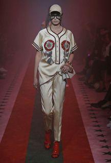 Gucci leva fantasia para o dia a dia com coleção carregada de referências https://donaelegancia.wordpress.com/2016/09/21/gucci-leva-fantasia-para-o-dia-a-dia-com-colecao-carregada-de-referencias/