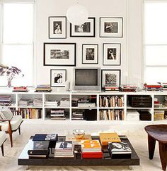 Bilderesultat for low bookshelves living room Small Space Bedroom, Small Spaces, Book Storage Small Space, Decoration Salon Photo, Home Living Room, Living Spaces, Low Bookshelves, Low Shelves, Wide Bookcase