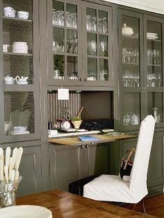 Pull out desk space--genius! This would save room in my kitchen.