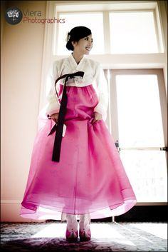 love this traditional korean hanbok. I haven't worn one in so long !