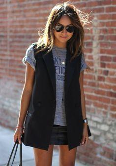 8 dicas para acertar na combinação com colete. T-shirt cinza, saia de couro preta, colete preto