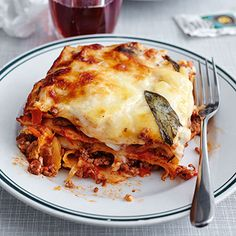 Bolognese lasagna - Classic lasagna -Classic Bolognese lasagna - Classic lasagna - You need this Peeler. Meat and potatoes - the remix! Bistro Food, Italian Cookie Recipes, Lunches And Dinners, Family Meals, Love Food, Food Porn, Food And Drink, Yummy Food, Bolognese