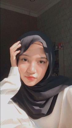 Hijabi Girl, Girl Hijab, Hijab Fashionista, Hijab Chic, Selfie Poses, Cute Girl Photo, Beautiful Hijab, Muslim Women, Girl Photos