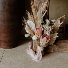 Todo lo que debes saber del Bouquet de Novia – ¿Cómo elijo el bouquet perfecto? El ramo de novia, Significados del ramo de novia, Consejos para elegir el ramo, ¿Cuál es la diferencia entre ramo y Bouquet? Floral, Beautiful, Home Decor, Rose Petals, Bouquet Of Roses, Mariage, Bridal, Bouquets, Tips