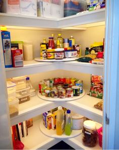 Love the idea to use a lazy susan in the corners of your pantry.  Great pantry organizing tips! #gettingorganized