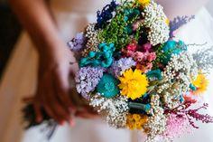 Ramo de novia con flores preservadas y silvestres en tonos fuertes