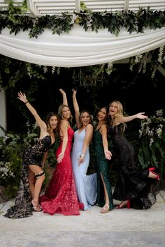 Prom Group Poses, Prom Poses, Prom Picture Poses, Pic Pose, Prom Photography Poses, Homecoming Dresses, Hoco Dresses, Dream Prom, Friend Poses