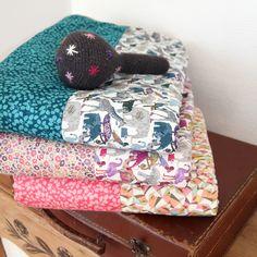 Couverture bébé en Liberty et polaire / Barnabé aime le café, cadeaux de naissance & accessoires femmes.