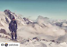 Pre vyvolených (bez kondičky to neide)  #praveslovenske od @palickaa #tatry #hightatras #slovensko #slovakia #vysoketatry #mountains #tatramountains #hiking #clouds #inversion #rocks #nature #landscape #snow #winter