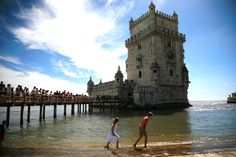 Viajes. #Lisboa y el mar - via Viajeros Revista agosto 2015 | La Torre de Belém acaba de cumplir 500 años y esa es una excusa perfecta para hacer una escapada de verano a Lisboa. Una escapada en la que hemos ido enlazando visitas y anécdotas para confeccionar un itinerario muy ilustrativo sobre la capital portuguesa y su particular relación con el mar. #lisbon #portugal #turismo #viajar