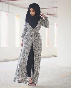 Hijab Fashion Selection of over 100 looks in trendy and chic Abaya Arab Fashion, Islamic Fashion, Muslim Fashion, Modest Fashion, Korean Fashion, Hijab Outfit, Hijab Dress, Mode Abaya, Mode Hijab
