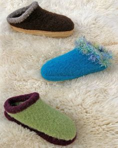 I must have made 2 dozen of these clogs (just the plain ones, no fru-fru). Felted Slippers Pattern, Knitted Slippers, Knitting Projects, Knitting Patterns, Weaving Patterns, Sewing Projects, Ravelry, Clog Slippers, Fru Fru